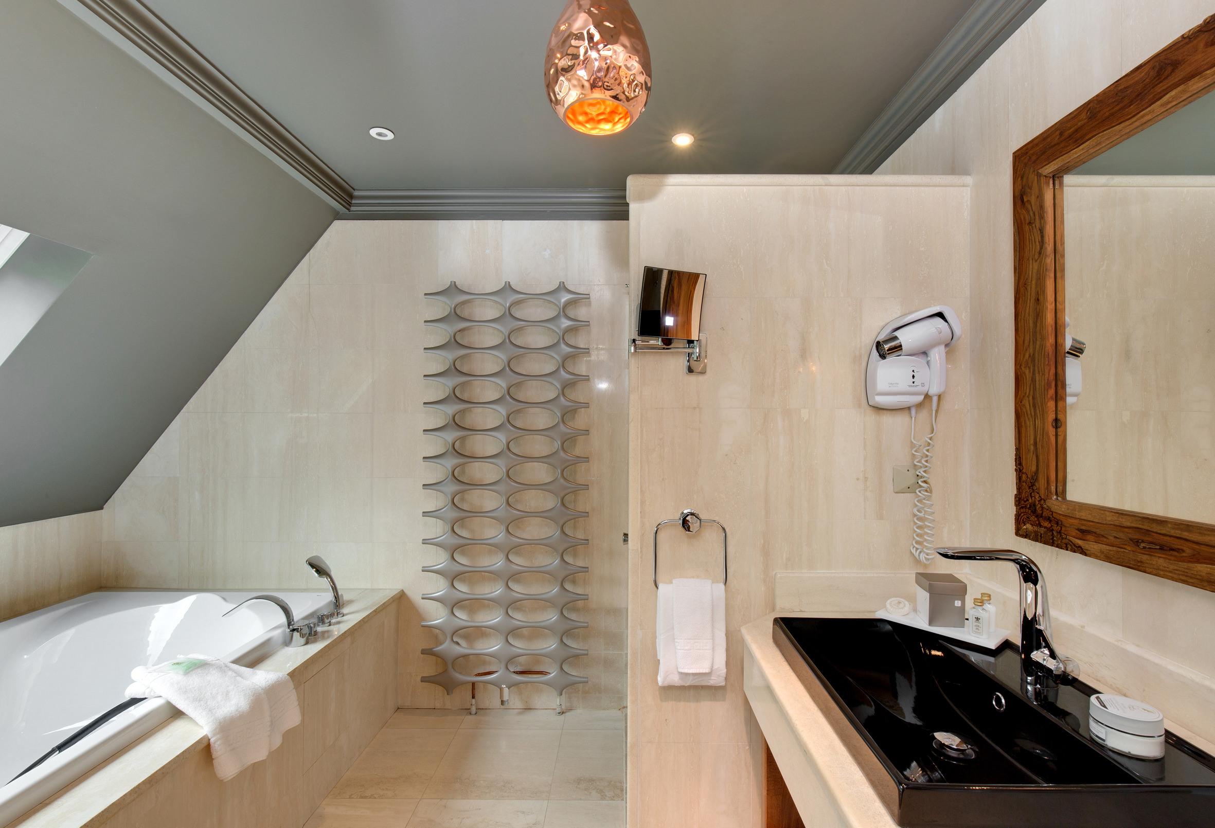 Les suites avec jacuzzi privatif de l h´tel spa La Cheneaudi¨re