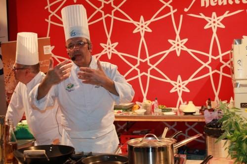 Le chef de La Cheneaudiere en plein cours de cuisine