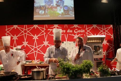 Roger Bouhassoun, chef de la Cheneaudière réalise une recette devant un public alsacien