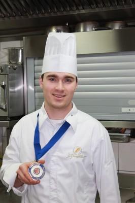 """Jean-Paul Acker et sa médaille de """"Jeune Chef Rôtisseur 2015"""""""